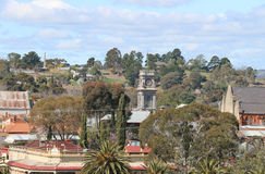 Castlemaine看法从老监狱的与可看见邮局钟楼和伯克和意志纪念的纪念碑 免版税库存图片