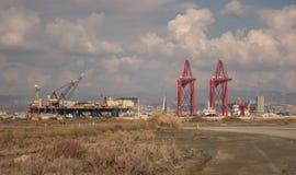 Castoro Sei che visita il porto di Limassol per gli impianti del tubo Cielo nebbioso nuvoloso nei precedenti immagine stock
