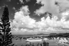 Castries, stlucia - 26 de noviembre de 2015: Vacaciones de verano en la isla tropical Naves en puerto marítimo en paisaje de la m Fotografía de archivo libre de regalías
