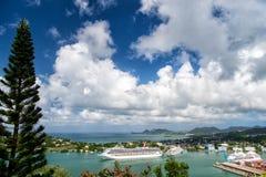 Castries, stlucia - 26 novembre 2015 : Vacances d'été sur l'île tropicale Bateaux dans le port maritime sur le paysage de montagn Photos stock