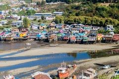 CASTRO, ΧΙΛΉ - 23 ΜΑΡΤΊΟΥ 2015: Σπίτια ξυλοποδάρων αλιευτικών σκαφών και palafitos κατά τη διάρκεια της χαμηλής παλίρροιας σε Cas στοκ εικόνα