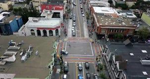 Castro District con el paso de peatones del arco iris en San Francisco en los E.E.U.U. metrajes