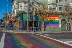 Castro District Rainbow Crosswalk Intersection - San Francisco, Kalifornien, USA Arkivfoto
