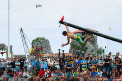CASTRO URDIALES, ΙΣΠΑΝΊΑ - 29 ΙΟΥΝΊΟΥ: Το μη αναγνωρισμένο αγόρι που κρατά τη σημαία στον ανταγωνισμό του λιπαρού πόλου γιόρτασε  Στοκ Εικόνα