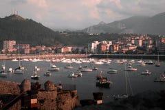 Castro Urdiales Cantabria Spanien liten fiskestad och port Segling, fiskebåtar och motoryachter royaltyfri foto