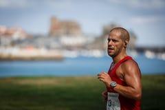 CASTRO-URDIALES, ESPAGNE - 18 SEPTEMBRE : L'athlète non identifié dans en concurrence de course de 10km a célébré en Castro Urdia Photo stock