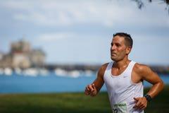 CASTRO-URDIALES, ESPAGNE - 18 SEPTEMBRE : L'athlète non identifié dans en concurrence de course de 10km a célébré en Castro Urdia Image stock
