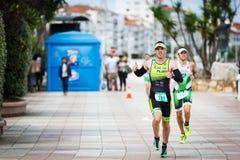 CASTRO-URDIALES, ESPAGNE - 17 SEPTEMBRE : Le triathlete non identifié en concurrence courante a célébré dans le triathlon de Cast Photo stock