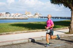 CASTRO URDIALES, ESPANHA - 18 DE SETEMBRO: O atleta não identificado no na competição da raça de 10km comemorou em Castro Urdiale Foto de Stock