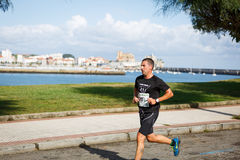 CASTRO URDIALES, ESPANHA - 18 DE SETEMBRO: O atleta não identificado no na competição da raça de 10km comemorou em Castro Urdiale Fotografia de Stock