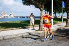 CASTRO URDIALES, ESPANHA - 18 DE SETEMBRO: O atleta não identificado no na competição da raça de 10km comemorou em Castro Urdiale Fotografia de Stock Royalty Free