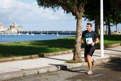 CASTRO URDIALES, ESPANHA - 18 DE SETEMBRO: O atleta não identificado no na competição da raça de 10km comemorou em Castro Urdiale Imagens de Stock Royalty Free