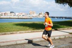 CASTRO URDIALES, ESPANHA - 18 DE SETEMBRO: O atleta não identificado no na competição da raça de 10km comemorou em Castro Urdiale Imagem de Stock Royalty Free