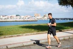 CASTRO URDIALES, ESPANHA - 18 DE SETEMBRO: O atleta não identificado no na competição da raça de 10km comemorou em Castro Urdiale Fotos de Stock Royalty Free