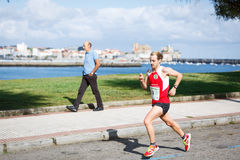 CASTRO URDIALES, ESPANHA - 18 DE SETEMBRO: O atleta não identificado no na competição da raça de 10km comemorou em Castro Urdiale Imagens de Stock