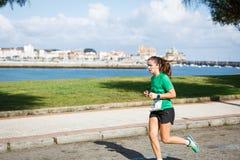 CASTRO URDIALES, ESPANHA - 18 DE SETEMBRO: O atleta não identificado no na competição da raça de 10km comemorou em Castro Urdiale Fotos de Stock