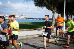 CASTRO URDIALES, ESPANHA - 18 DE SETEMBRO: O grupo não identificado de atletas no na competição da raça de 10km comemorou em Cast Imagens de Stock