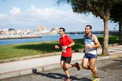 CASTRO URDIALES, ESPANHA - 18 DE SETEMBRO: O grupo não identificado de atletas no na competição da raça de 10km comemorou em Cast Imagem de Stock Royalty Free
