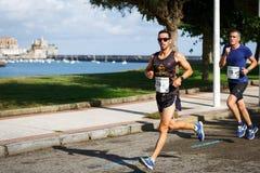 CASTRO URDIALES, ESPANHA - 18 DE SETEMBRO: O grupo não identificado de atletas no na competição da raça de 10km comemorou em Cast Fotografia de Stock Royalty Free