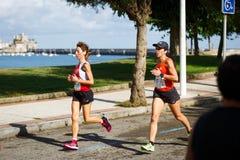 CASTRO URDIALES, ESPANHA - 18 DE SETEMBRO: O grupo não identificado de atletas no na competição da raça de 10km comemorou em Cast Foto de Stock