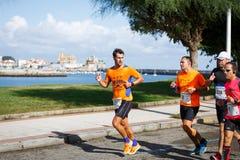 CASTRO URDIALES, ESPANHA - 18 DE SETEMBRO: O grupo não identificado de atletas no na competição da raça de 10km comemorou em Cast Imagem de Stock