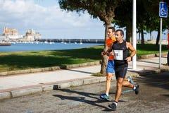 CASTRO URDIALES, ESPANHA - 18 DE SETEMBRO: O grupo não identificado de atletas no na competição da raça de 10km comemorou em Cast Foto de Stock Royalty Free