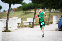 CASTRO URDIALES HISZPANIA, WRZESIEŃ, - 17: Niezidentyfikowany triathlete w działającej rywalizaci świętował w triathlon Castro Ur fotografia stock