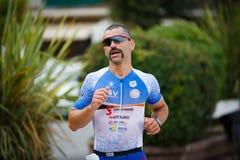 CASTRO-URDIALES, SPAGNA - 17 SETTEMBRE: Il triathlete non identificato nella concorrenza corrente ha celebrato nel triathlon di C fotografia stock libera da diritti