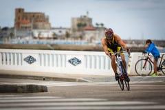 CASTRO-URDIALES, SPAGNA - 17 SETTEMBRE: Il triathlete non identificato nella concorrenza di riciclaggio ha celebrato nel triathlo fotografie stock
