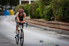 CASTRO-URDIALES, SPAGNA - 17 SETTEMBRE: Il triathlete non identificato nella concorrenza di riciclaggio ha celebrato nel triathlo immagine stock