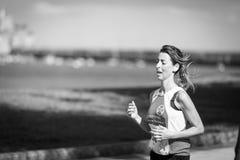 CASTRO-URDIALES, SPAGNA - 18 SETTEMBRE: L'atleta non identificato nella concorrenza della corsa di 10km ha celebrato in Castro Ur Fotografie Stock