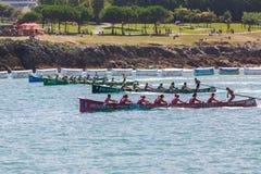 CASTRO URDIALES, SPANIEN - 21. AUGUST: Anfang des Wettbewerbs, mit Booten von San Juan, von Kaiku, von Hondarribia und von Urdaib Stockbilder