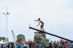 CASTRO URDIALES, SPANIEN - 29. JUNI: Nicht identifizierter Junge kommt in der Flagge im Wettbewerb des schmierigen Pfostens an, d Lizenzfreies Stockfoto