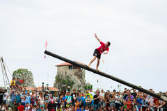 CASTRO URDIALES, SPANIEN - 29. JUNI: Nicht identifiziertes Mädchen fällt vom schmierigen Pfosten zum Meer im Festival, das herein Lizenzfreies Stockfoto