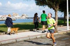CASTRO URDIALES, SPANIEN - SEPTEMBER 18: Den oidentifierade idrottsman nen i i den 10km loppkonkurrensen firade i Castro Urdiales Royaltyfria Bilder