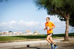 CASTRO URDIALES, SPANJE - SEPTEMBER 18: De niet geïdentificeerde atleet in de binnen 10km rasconcurrentie vierde in Castro Urdial stock foto's