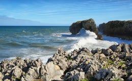 Castroeilandje in Andrin-strand, Llanes (Asturias) stock foto's
