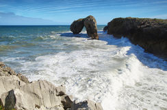 Castroeilandje in Andrin-strand, Llanes (Asturias) Royalty-vrije Stock Foto