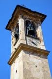 Castronno väggen och det kyrkliga tornet sätter en klocka på solig dag Royaltyfri Foto