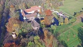 CASTROP-RAUXEL, ALLEMAGNE - 3 NOVEMBRE 2015 : Vue aérienne du château Bladenhorst en automne banque de vidéos