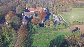 CASTROP-RAUXEL, GERMANIA - 3 NOVEMBRE 2015: Vista aerea del castello Bladenhorst in autunno video d archivio