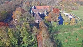 CASTROP-RAUXEL, GERMANIA - 3 NOVEMBRE 2015: Vista aerea del castello Bladenhorst in autunno archivi video