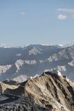 Casttle antique sur la falaise parmi de hautes montagnes et route de recourbement Images libres de droits