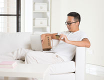 Casual asian man online shopping Royalty Free Stock Photography