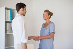 Casual business people shaking hands Royalty Free Stock Photos