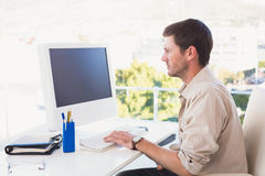Casual businessman working at his desk Royalty Free Stock Photography