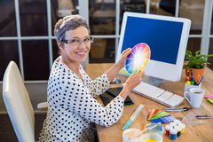 Casual businesswoman holding colour chart Royalty Free Stock Photos