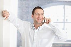 casual chatting man mobile smiling στοκ εικόνα με δικαίωμα ελεύθερης χρήσης