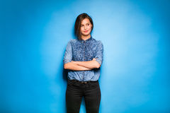 Casual de la mujer joven vestido en fondo azul Imágenes de archivo libres de regalías