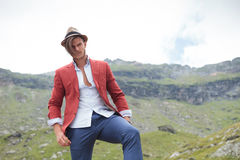 Casual man with hat posing in the mountains Royalty Free Stock Photos